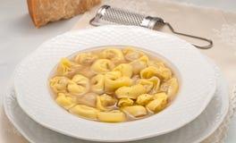 意大利馄饨充塞用肉在汤烹调了 免版税库存照片