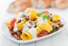 意大利鸡蛋面用蕃茄和蘑菇 库存照片