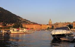 意大利,伦巴第,科莫-游艇和小船由Como湖的岸日落的 图库摄影
