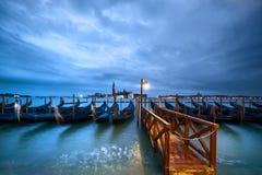 意大利,威尼斯,长平底船由堤防停泊了在晚上 免版税库存照片