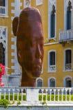 意大利,威尼斯- 2013年6月30日:一个女孩7米高的芮芮,雕刻家Jaume Plensa,威尼斯生铁的巨大的胸象, 免版税库存图片