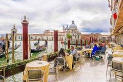 意大利,威尼斯2017年4月19日:在一墩大运河的一个街道咖啡馆 免版税库存图片