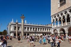 意大利,威尼斯- 2012年7月:有游人人群的St Marco广场2012年7月16日的在威尼斯。St Marco广场是最大和mo 免版税图库摄影