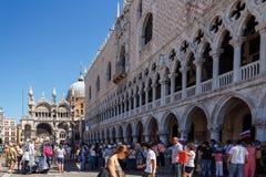 意大利,威尼斯- 2012年7月:有游人人群的St Marco广场2012年7月16日的在威尼斯。St Marco广场是最大和mo 库存图片