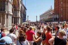意大利,威尼斯- 2012年7月:有游人人群的St Marco广场2012年7月16日的在威尼斯。St Marco广场是最大和mo 免版税库存照片