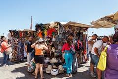 意大利,威尼斯- 2012年7月:-卖2012年7月16日的供营商旅游纪念品在威尼斯。多数供营商在威尼斯不是意大利语 库存照片