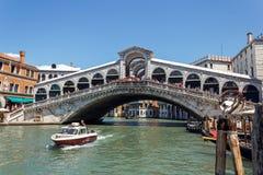 意大利,威尼斯- 2012年7月-在大运河的很多交通在Ponte 2012年7月16日的di Rialto下在威尼斯。超过20 m 免版税图库摄影