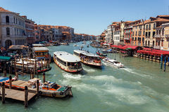 意大利,威尼斯- 2012年7月-在大运河的很多交通2012年7月16日在威尼斯。超过20百万个游人来 免版税库存图片