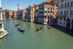 意大利,威尼斯- 2012年7月-在大运河的很多交通2012年7月16日在威尼斯。超过20百万个游人来 库存图片