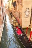 意大利,威尼斯- 9月 7 :在运河的一艘美丽的长平底船9月 免版税图库摄影