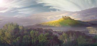 意大利,托斯卡纳,在太阳的光芒的小山 免版税库存照片