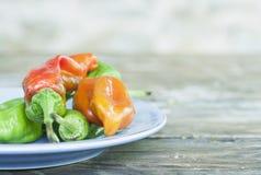 意大利,托斯卡纳, Magliano,辣椒品种在板材的在木桌上,关闭 免版税库存图片