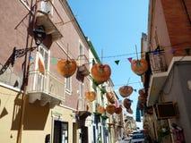 意大利,撒丁岛, Sant Antioco镇的城市街道的看法  库存图片