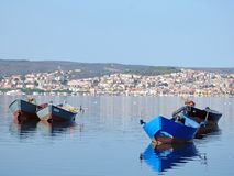 意大利,撒丁岛, Sant ` Antioco,盐水湖的看法和在背景中圣Antioco村庄  免版税库存图片