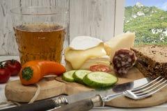 意大利,早餐,软制乳酪,巴马干酪,苹果汁,低碳 免版税库存图片