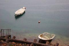 意大利,特伦托自治省:在Ledro湖的小船在一个雨天 免版税库存图片