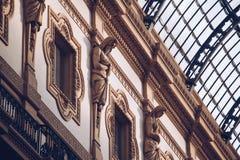 意大利,米兰- 2018年11月:特写镜头内部观点的维托里奥・埃曼努埃莱・迪・萨伏伊II与雕象装饰 库存图片