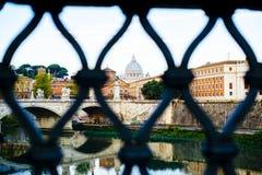 意大利,罗马,从afa看见的圣皮特圣徒・彼得梵蒂冈圆顶城市 库存图片