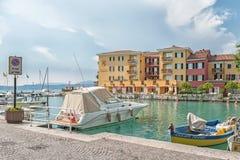 意大利,西尔苗内,加尔达湖 2014年7月17日 意大利市的美丽的景色湖的加尔达西尔苗内从Su的堡垒 免版税库存图片