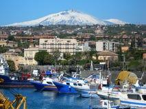 意大利,西西里岛:从卡塔尼亚海的Etna火山 免版税库存图片