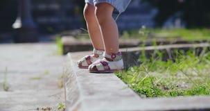 意大利,西西里岛- 2018年10月 凉鞋的女孩沿遏制走 影视素材