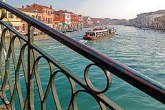 意大利, Murano水小船运河和传统建筑 免版税库存照片