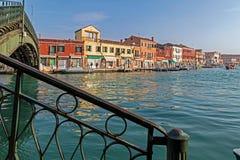 意大利, Murano水小船运河和传统建筑 库存照片