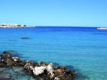 意大利, Salento :奥特朗托海湾的蓝色海 免版税库存照片