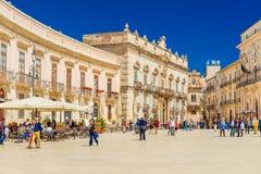 意大利:中心广场广场中央寺院在Ortigia,西勒鸠斯的历史部分的看法 免版税库存照片