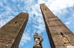 意大利:波隆纳Garisenda和Asinelli塔 库存图片