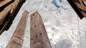 意大利:波隆纳Garisenda和Asinelli塔 免版税库存照片