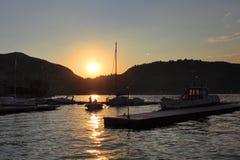意大利-伦巴第-科莫-游艇和小船由Como湖的岸日落的 免版税库存照片