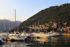 意大利-伦巴第-科莫-游艇和小船由Como湖的岸日落的 库存图片