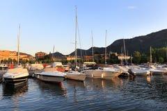 意大利-伦巴第-科莫-游艇和小船由Como湖的岸日落的 免版税库存图片