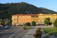 意大利-伦巴第-科莫-由Como湖的岸的城市全景日落的 图库摄影