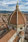 意大利 佛罗伦萨,大教堂圣玛丽亚del菲奥雷 结构上详细资料大梁玻璃购物中心被反射的购物 图库摄影