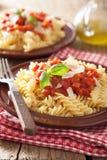 意大利经典面团fusilli用西红柿酱和蓬蒿 免版税图库摄影