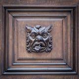 意大利-在一个老门的面具 免版税库存照片
