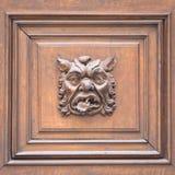意大利-在一个老门的面具 免版税库存图片