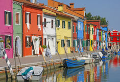 意大利 在威尼斯附近的burano海岛 有老小的浪漫运河 免版税库存照片