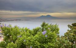 意大利 贝城有雾的意大利横向早晨那不勒斯 有雾的早晨 图库摄影