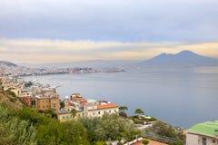 意大利 贝城有雾的意大利横向早晨那不勒斯 有雾的早晨 库存照片