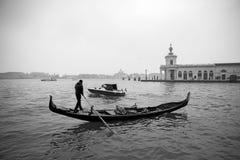 意大利;威尼斯, 24 02 2017年 与长平底船的黑白照片 库存图片