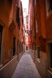 意大利;威尼斯, 24 02 2017年 威尼斯狭窄的街道有hous的 库存图片