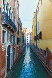 意大利;威尼斯, 02/25/2017 有房子a色的墙壁的街道  免版税库存照片