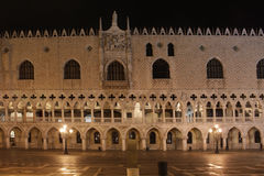 意大利 威尼斯 共和国总督的宫殿在晚上 图库摄影