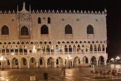 意大利 威尼斯 共和国总督的宫殿在晚上 免版税库存图片