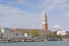 意大利 威尼斯 在圣Marco -圣马克的钟楼和Vaporetto驻地钟楼的Veiw  库存照片