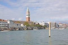 意大利 威尼斯 在圣Marco -圣马克的钟楼和Vaporetto驻地钟楼的Veiw  库存图片