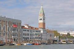 意大利 威尼斯 在圣Marco -圣马克的钟楼和Vaporetto驻地钟楼的Veiw  免版税库存图片